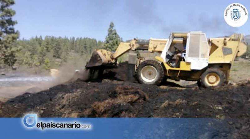 El área incendiada en Vilaflor, reducida, continúa enfriándose