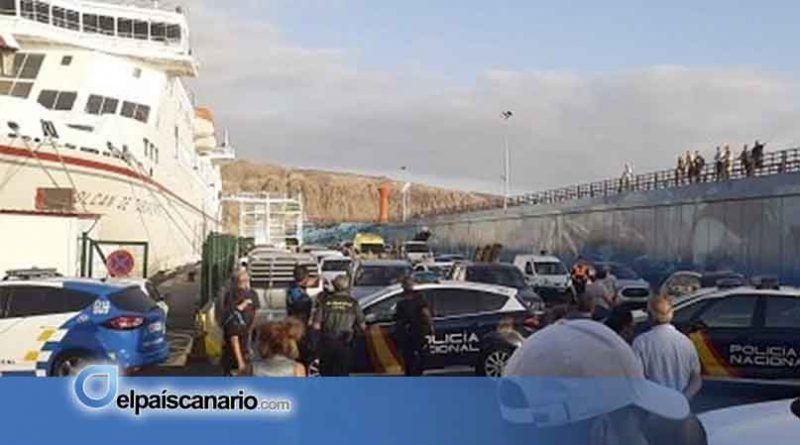 Naviera Armas recurre a fuerzas policiales para embarcar a los pasajeros con destino a La Palma