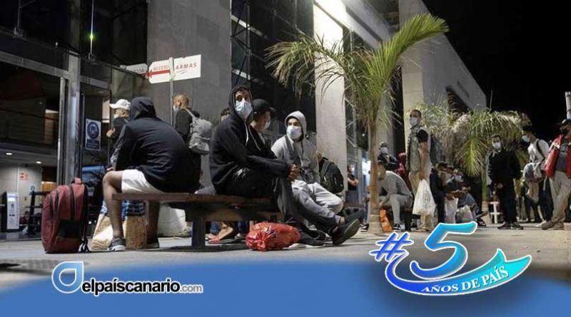 En Tenerife permanecen bloqueados más de 200 inmigrantes magrebíes trasladados desde Gran Canaria que quieren embarcar hacia Huelva