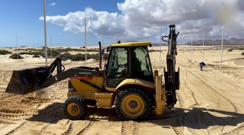 El Ayuntamiento de La Oliva mete el tractor en las dunas de Corralejo para hacer obras sin permiso de Costas